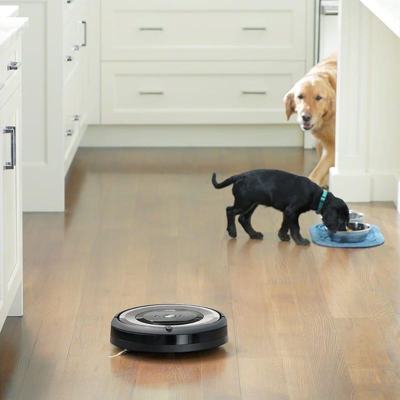 שואב אבק רובוטי iRobot E5 כלב שחור וכלב חום.