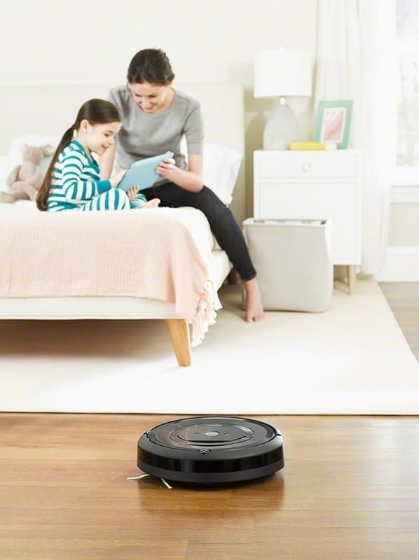 שואב אבק רובוטי iRobot E5, ילדה ואמא.