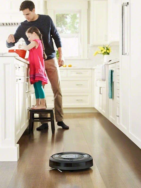 שואב אבק רובוטי iRobot E5 , ילדה ואבא מבשלים.