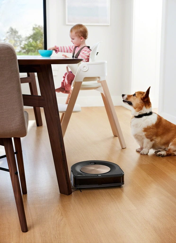 רובוט S9, כלב, ותינוק בכסא אוכל