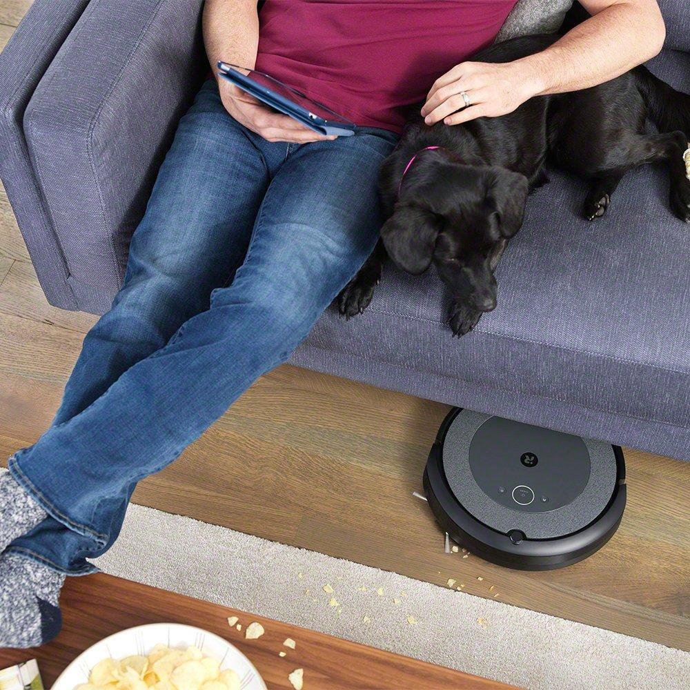 רובוט I3, כלב ואיש יושב על הספה